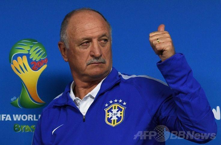 サッカーW杯ブラジル大会(2014 World Cup)開幕戦のクロアチア戦を控え、記者会見に臨むブラジルのルイス・フェリペ・スコラーリ(Luiz Felipe Scolari)監督(2014年6月11日撮影)。(c)AFP/PEDRO UGARTE ▼12Jun2014AFP|スコラーリ監督、おいの事故死悲しむも「選手が力をくれる」 http://www.afpbb.com/articles/-/3017443 #Luiz_Felipe_Scolari