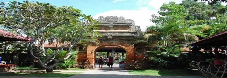 Puri Saren Ubud (Ubud Palace) is an Ubud Kingdom Palace with beautiful Balinese traditional houses as a residence of Ubud King. It is set in the center of Ubud Bali with traditional art market just in front of it