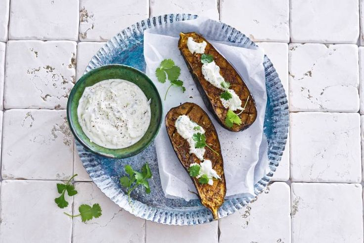Door aubergine te roosteren met kruiden wordt het een heerlijk bijgerecht - Recept - Allerhande