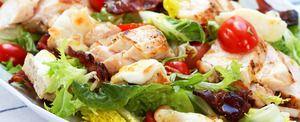 Salat med nystekt kylling og bacon