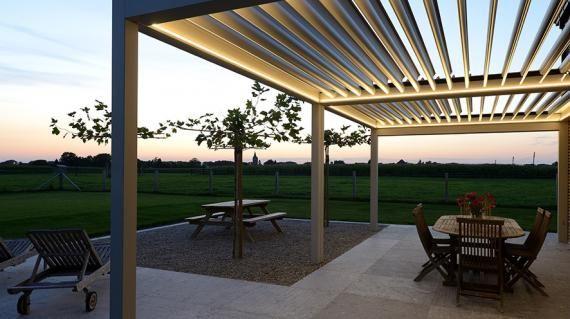 Brustor B 600 terrasoverkapping met verlichting. Op deze foto staan de lamellen van de Brustor B 600 open