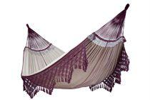 BOSSANOVA HÄNGMATTA  Detta är en mycket vacker naturvit och vinröd jacquardvävd hängmatta med makraméfransar och många vackra detaljer.  Bossanova är ett riktigt konstverk - här har mycket tid och kärlek lagts ned vid tillverkningen. Man ligger också extra bekvämt eftersom den är diagonalvävd - det ger extra stretch.  Den är en av våra största hängmattor - hela 180 cm bred - så att flera personer kan ligga på tvären dessutom.  Hängmattan är handgjord av mjuk bomull i Brasilien.