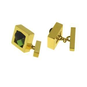 Per l'uomo, i preziosi gemelli in oro con applicazioni in turchese verde e polvere di lava.
