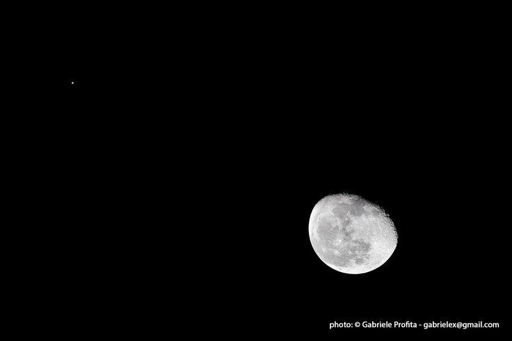 Congiunzione Giove – Luna di Gabriele Profita (del 27 gennaio 2016).  Dopo anni di abbandono riprendo con l'astronomia anche se per questo particolare scatto non ho potuto usare il telescopio per la necessità di avere un campo piuttosto ampio. La città era immersa dalla nebbia però lo spazietto di cielo occupato da Giove e dalla Luna era libero, non potevo farmi sfuggire l'occasione. Carica anche tu le tue immagini su Photocoelum!
