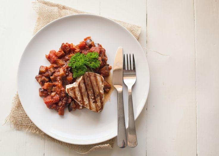 Simpel, maar heerlijk Paleo gerecht: Gegrilde Tonijn met Gesmoorde Aubergine en Tomaat. Tip: nog teentje knoflook erin uitknijpen met bakken.  Salade erbij serveren en een heerlijke maaltijd!