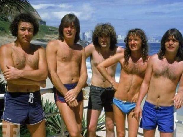 AC/DC na Praia do Vidigal, no Rio - 1985 Na foto, vemos a banda de hard rock AC/DC na Praia do Vidigal - Rio - 1985 - Brian Johnson, Cliff Williams, Simon Wright, Angus Young e Malcolm Young. foto- Dave Hogan -
