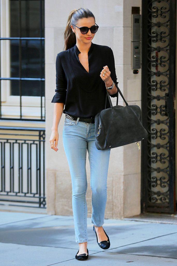 Miranda Kerr salió a hacer unso recados por Nueva York con unos sencillos jeans azules lavados a la piedra, camisa negra, slippers  y un maxibolso gris.