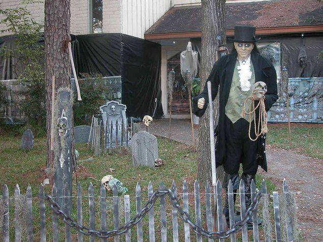 Decorating Ideas > 1000+ Images About Halloween Front Yard Cemetery On  ~ 204817_Halloween Decorating Ideas Tombstones