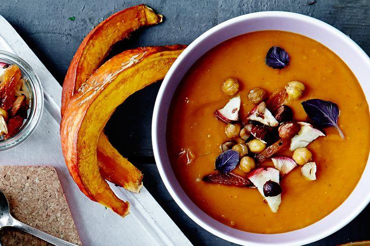 Bliv varmet igennem med denne suppe på hokkaido-græskar med knas af kikærter, æble, hasselnødder og masser af god samvittighed.