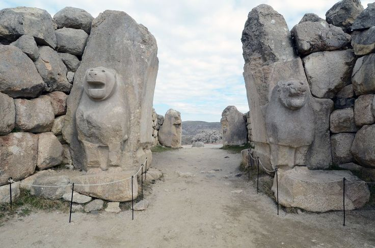 Yazılıkaya A Odasında kayaya işlenmiş kabartma figürlerin özel bir düzeni ve tertibi vardır. Burada sol kaya yüzeyinde ikisi dışında yalnız tanrılar, buna karşın sağ tarafta da yalnız tanrıçalar belirtilmiştir. Ana sahnede fırtına tanrısı ile eşi güneş tanrıçası ve ortak çocuklarının karşılaşması tasvir edilmiştir. Ana sahnenin karşısındaki duvarda daha büyük boyutlarda büyük Kral IV. Tuthaliya işlenmiştir.