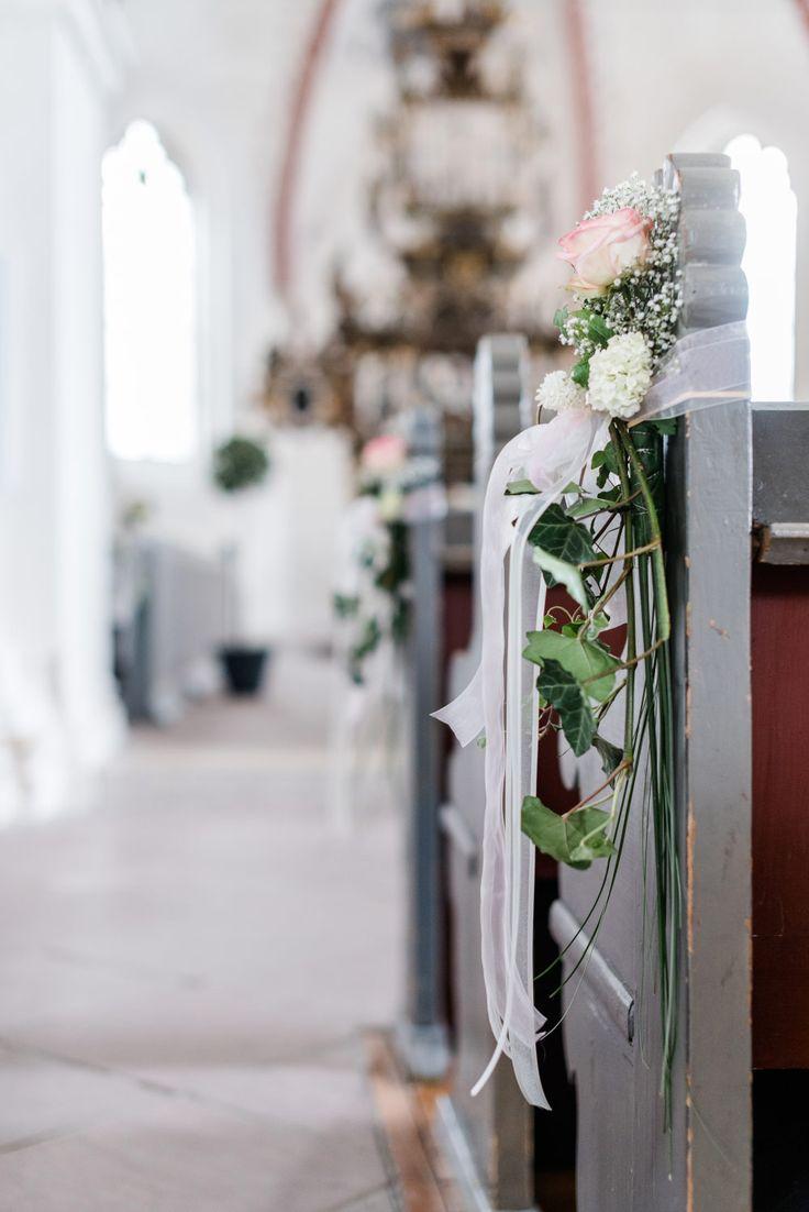 Schlicht geschmückte Kirchenbänke. Foto: Sandra Hützen