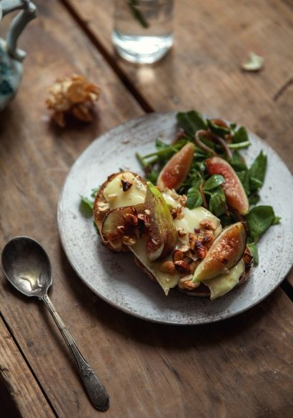 Croûtons de camembert, figues & salade de cresson