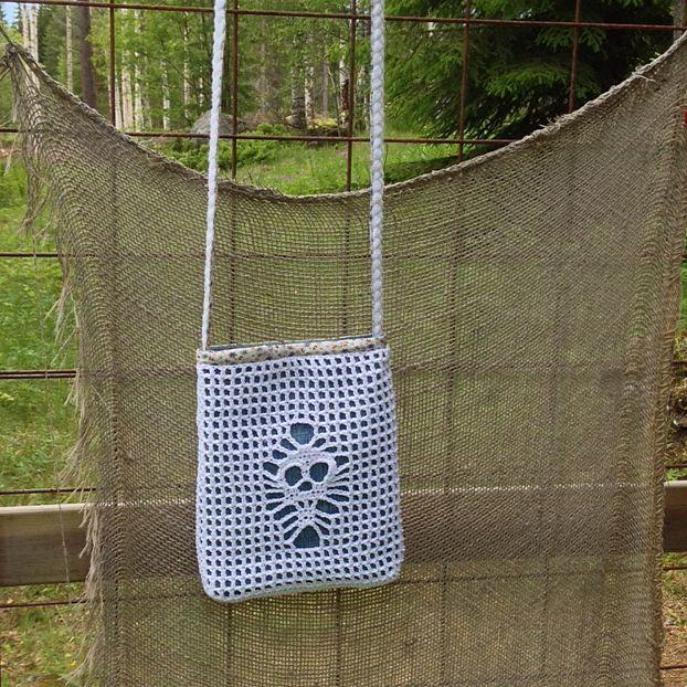Crochet skull bag. Free pattern in our blog.