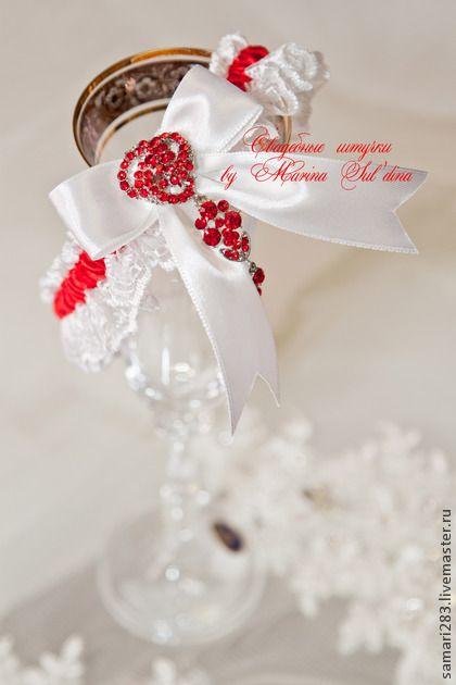 Подвязка невесты `Рубин`. Кружевные подвязки уже давно стали обязательным аксессуаром невесты.  Белоснежная подвязка с яркой алой лентой, атласным бантиком и шикарной подвеской с кристаллами
