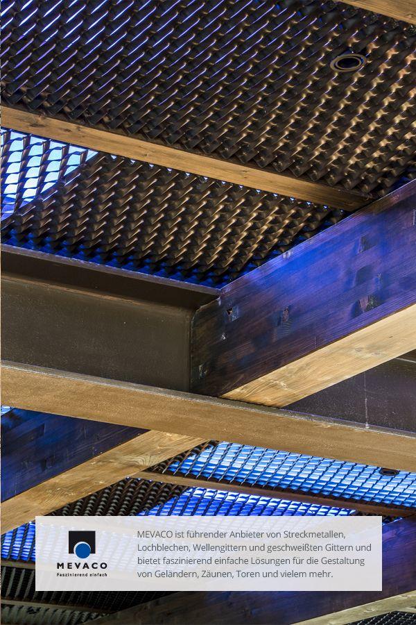 Schwarzes Lochblech als Deckenverkleidung in einer Südtiroler Après-Ski Bar: Mit der kreativen Lichtgestaltung entsteht so ein ganz besonderes Ambiente. Mehr unter http://www.mevaco.de/fascination-52 #MEVACO #Streckmetall #Raute #Stahl #Pulverbeschichtet #FaszinationNo52