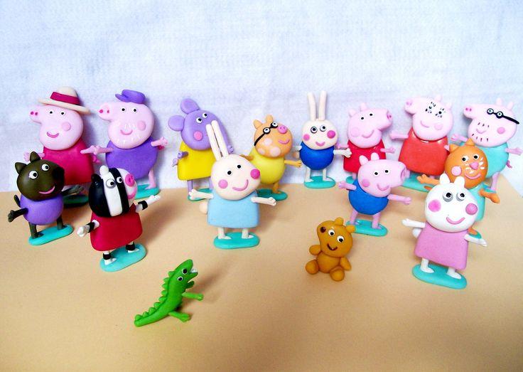 Conjunto Família Peppa e Amiguinhos : <br> <br>Kit com 14 bonecos para enfeitar sua mesa de festa, bolo de aniversário ou como lembrancinhas: <br> <br>-Peppa Pig, George, Mamãe Pig, Papai Pig, mascote dinossauro, mascote urso, Deny cão, Zoe zebra, Suzi ovelha, Pedro pônei, Cloe coelho, Richard coelho pequeno, Emily elefante e Candy gatinha. <br> <br>Os personagens medem 8 cm de altura. <br>Confeccionados em biscuit. <br>Fazemos qualquer outro personagem que desejar (consulte-nos). <br>Frete…