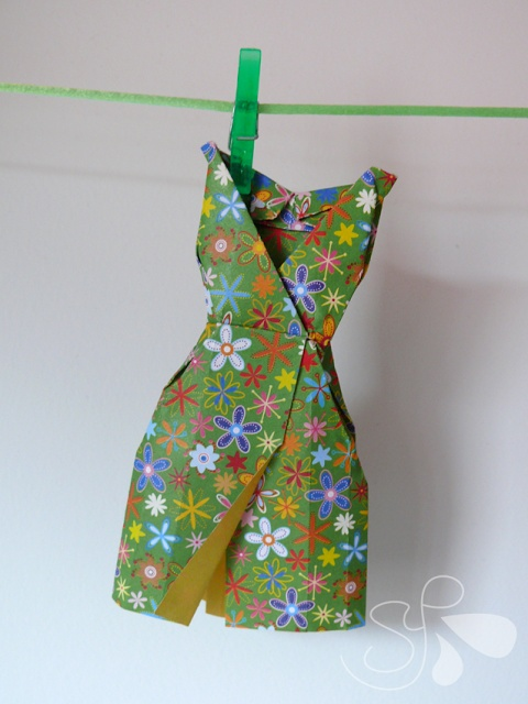 vestido origami... I would love any number of these.  I adore this paper but really any paper that would make a pretty dress.