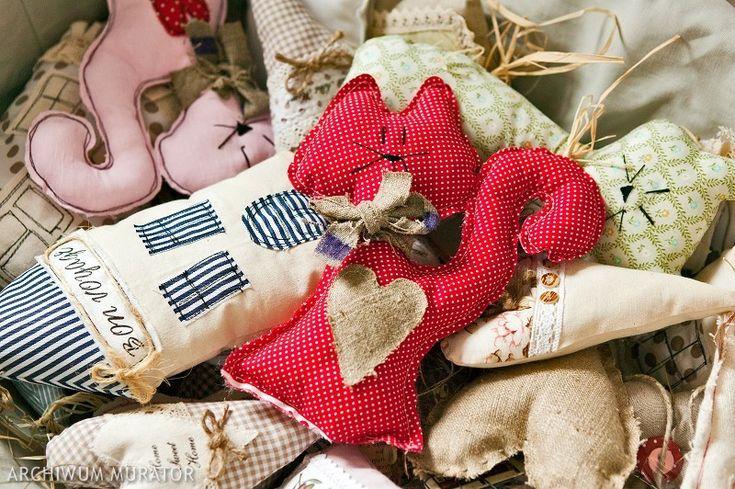 Własnoręcznie uszyta poduszka dla dziecka może pełnić zarówno funkcję użytkową, jak i dekoracyjną. Taka w dużym sprawdzi się jako poduszka lub mały puf, a w wersji mini może być ozdobą do postawienia na półkę lub do zawieszenia na zasłonie, ale przede wszystkim będzie można ją przytulić :)