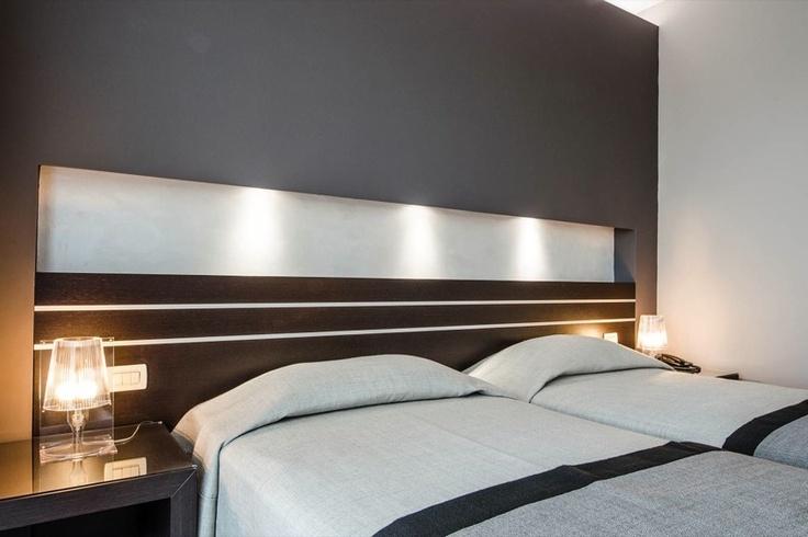 Un'altra immagine della stanza da letto. Arredata con altre lampade da tavolo di Kartell. La testiera del letto fa scendere a cascata una bella luce funzionale e rilassante.