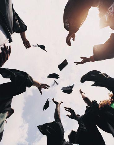 Fünf Studenten, die ihre Mörserbretter in die Luft am Abschluss werfen –  #