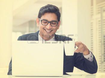man%3A+Jonge+Aziatische+Indische+zakenman+gebruik+van+een+notebook+computer+of+laptop+tijdens+kantooruren+pauze+in+cafe%2C+ontspannen+met+een+kopje+koffie.+India+mannelijke+man%2C+in+vintage+retro+effect.