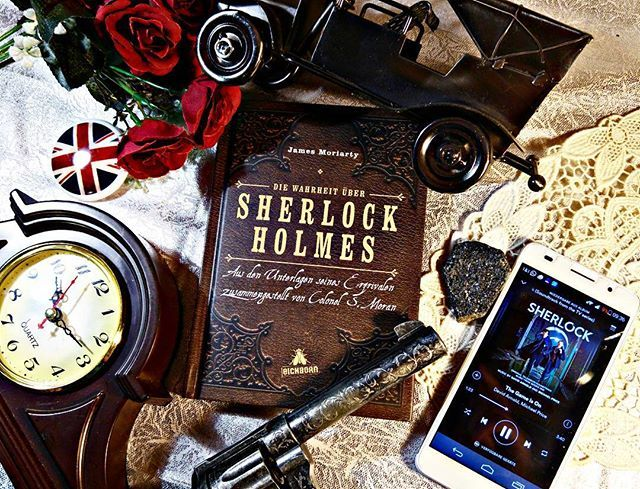 Ganz spontan wurde es Sherlock, weil wir im Haus der 3000 Bücher 'Lycidas' (wollten wir mit der Musik von Danny Elfman kombinieren) nicht finden konnten. Hier auf dem Foto treffen alt & neu zusammen. Sherlock der Viktorianische und Sherlock der geliebte moderne Soziopath.😁  #sherlock#buch #buecher #bücher #reading #lesen