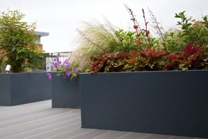 brise-vue terrasse avec bacs à plantes et revêtement de sol en bois