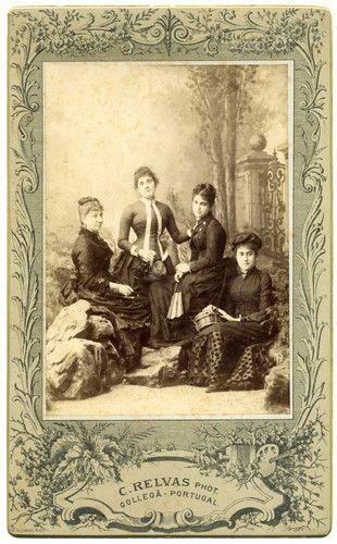 Retrovisor Matilde Deslandes, Judite? Deslandes, Eugénia Relvas, Margarida Relvas, c. 1885 Foto: Carlos Re