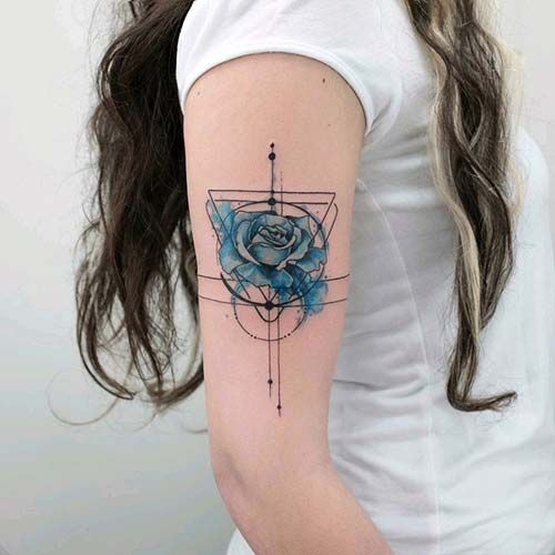 kadın üst kol mavi gül dövmesi woman upper arm blue rose tattoo