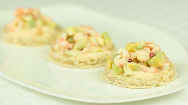 Crostini con salsa rosa, gamberi e avocado