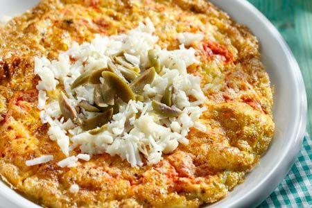 Κόκκινη ομελέτα με ελιές και μανούρι - Συνταγές | γαστρονόμος