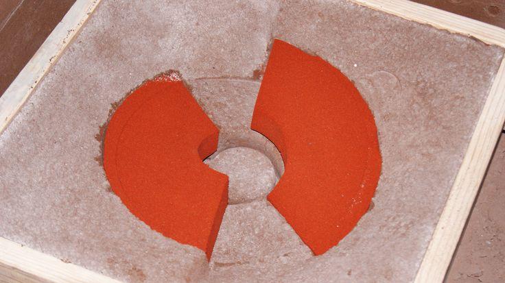 Fundición de Arena, o Sand Castin, consiste en realizar el molde en arena mezclada con arcilla y en la cavidad vaciar alguna aleación en estado líquido, si se requiere se agregan corazones.  Conoce más en: http://radver.com/procesos/fundicion-en-arena-sand-casting.html
