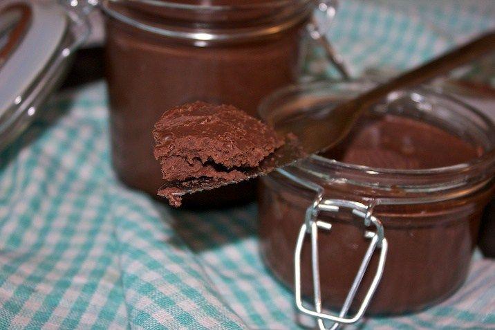 Hvis du ikke lige har hørt om chokoladesmør før, er det præcist, hvad det lyder til: Smørbart chokoladepålæg, hvoraf to af de primære ingredienser er smør og chokolade. Og hvis du ikke allerede nu …