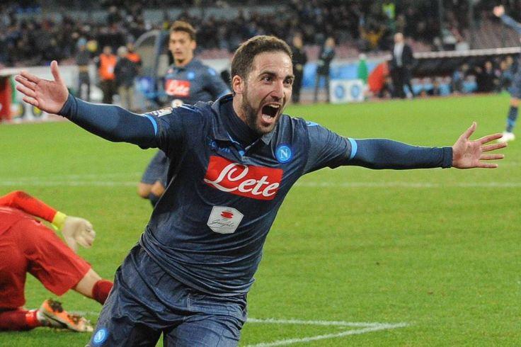 Ammutoliti!! @hernanes se vuoi giocare ad alti livelli vieni nella squadra del campeon @GHuguain  #NapoliInter