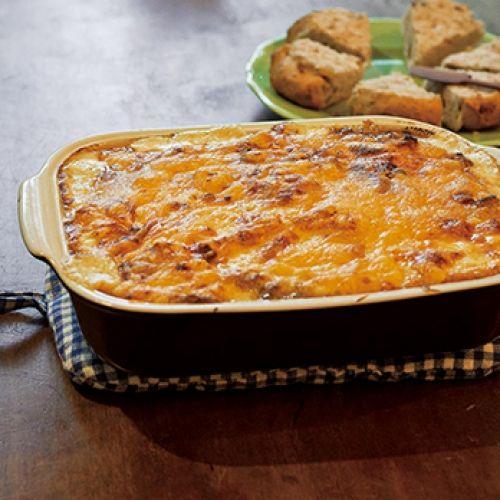 こんがり焼けたチーズの下にクリーミーなホワイトソース。焼きたてのグラタンを食卓で取り分けて。