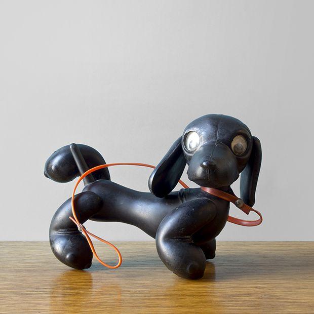 Czarny, plastikowy jamnik-zabawka, oczy w komplecie i czerwona smyczka w zestawie. #vintage #vintagefinds #vintageshop #forsale #design #midcentury #midcenturymodern #dog #toy