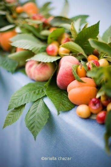 summer centerpiece amb fulles de morera, tomaquets i pressecs