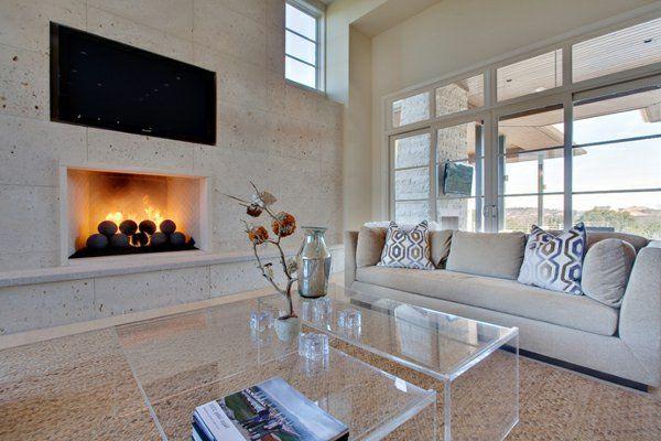 cheminée contemporaine encastrée, intérieur élégant, table en verre