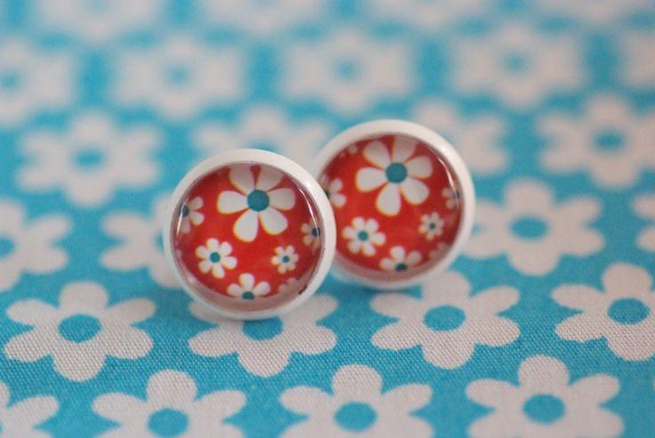 #81 Handgemaakte oorstekers wit met bloemen wit/blauw en rode achtergrond! €6,00