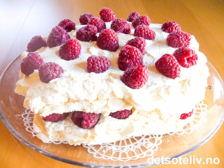 Nydelig kake bestående av to marengsbunner, pisket krem med vaniljesmak og bringebær!