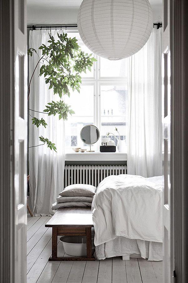 Jag fastnade för flera fina detaljer i den här lägenheten som ligger ute till salu i Davidshall i Malmö via Bjurfors. Den fina rislampan och den stora golvväxten i sovrummet (ja, varför inte? de ser…
