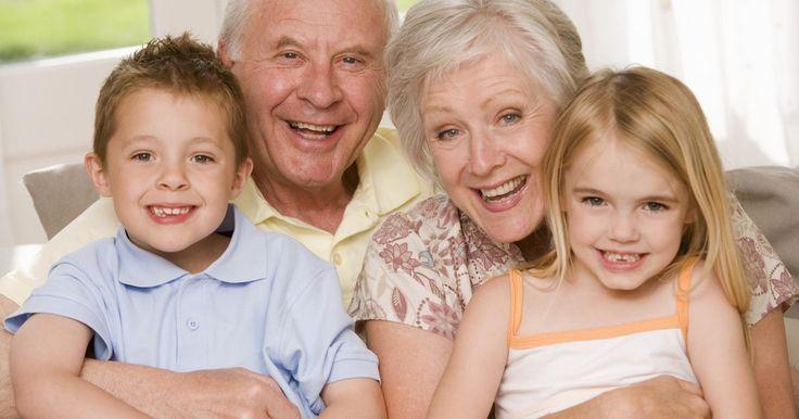 Como anunciar a gravidez para os novos avós . A gravidez é uma ocasião alegre na maioria dos casos, e enviar anúncios a familiares e amigos pode ser uma maneira divertida de avisá-los que um bebê está a caminho. Os futuros avós merecem algo especial, caso seja seu primeiro neto. Assim como vocês estão entusiasmados por se tornarem novos pais, seus pais ficarão muito felizes sobre seus novos ...