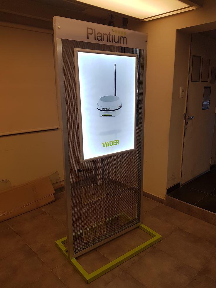 Exhibidor con portafolletos acrilicos y backlight led para colocar grafica institucional. Realizado en caño y recubrimiento con chapa microperforada.