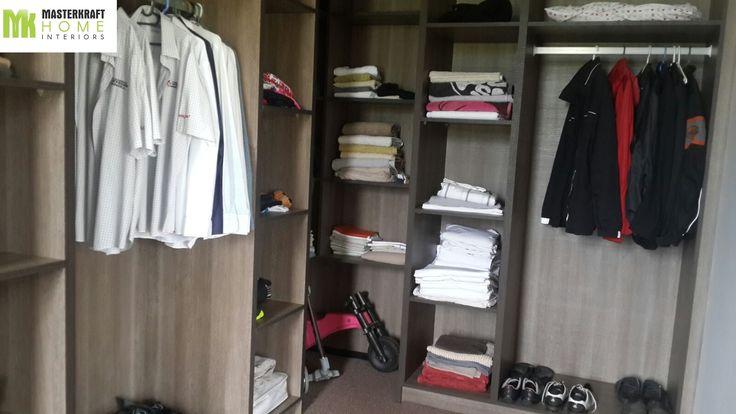 Walk-in closet by MasterKraft Home Interiors