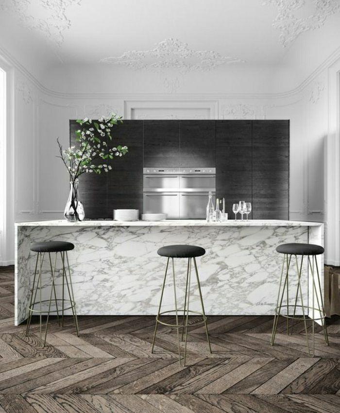 bar de cuisine en marbre blanc, chaise haute noire, fleurs, plafond haut blanc, fleurs