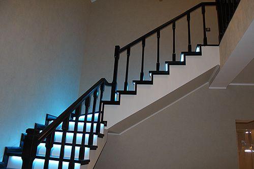 Особенности устройства основного и декоративного освещения лестницы  В целях безопасности лестница всегда должна быть освещена. Обычно, на лестнице устраивается основное и декоративное освещение. Основное освещение обеспечивает безопасный переход между этажами, а декоративное – делает лестницу яркой и необычной. Использование дополнительной декоративной подсветки, несомненно, придаст дизайну лестницы своеобразную изюминку и сделает ее настоящим украшением не только помещения, но и всего…