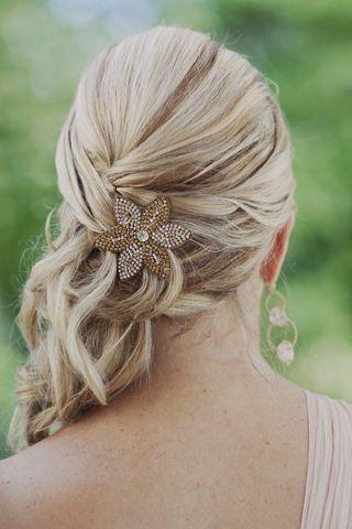 Peinado de lado con flor brillante