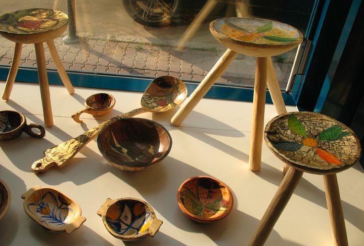 obiecte de lemn decorate, in vitrina