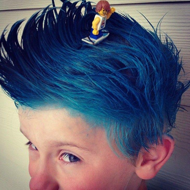 niño con el cabello azul y un monito lego surfeando encima de él