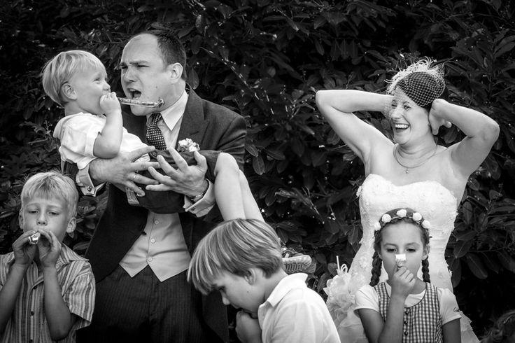 Hochzeitsfotograf Bonn - Brautpaar mit Tröten